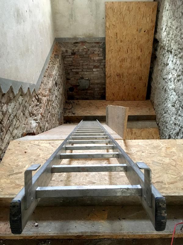 Zdjęcie prac remontowych wewnątrz kościoła